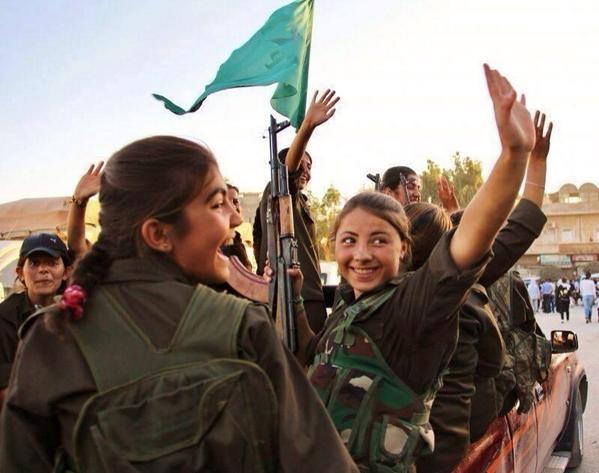 Les combattantes kurdes fêtent leur victoire contre l'oppression